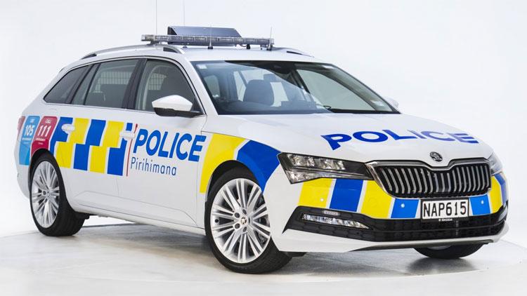¡Alto, Policía! Salga con las manos arriba, venimos en un Skoda